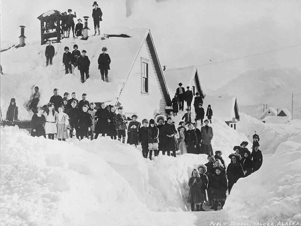 Une photo historique d'une école qui ne fermait pas à cause de la neige.