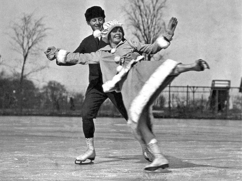 Une photo historique d'un couple heureux sur la glace en cette journée d'hiver de 1919 à Chicago.