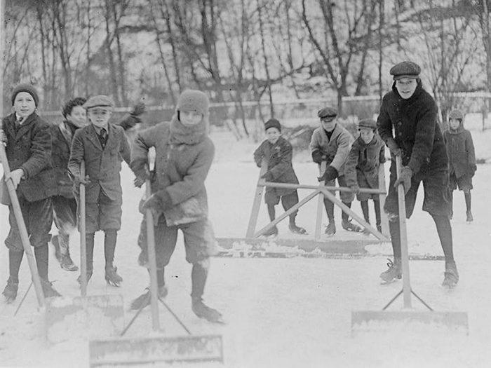 Une photo historique d'un groupe de garçons déblayants la glace.
