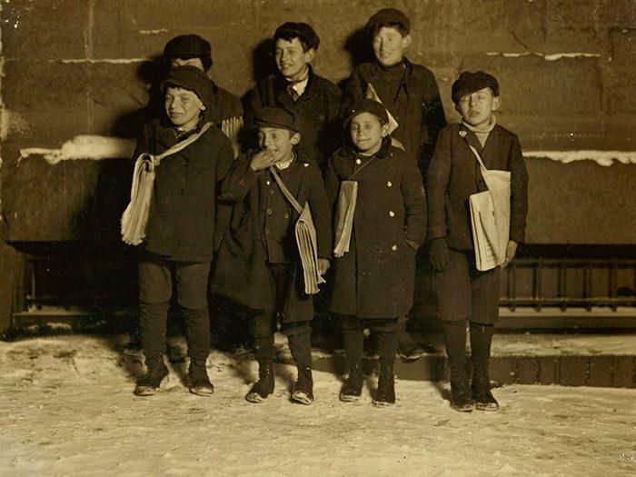 Une photo historique des petits vendeurs de journaux.