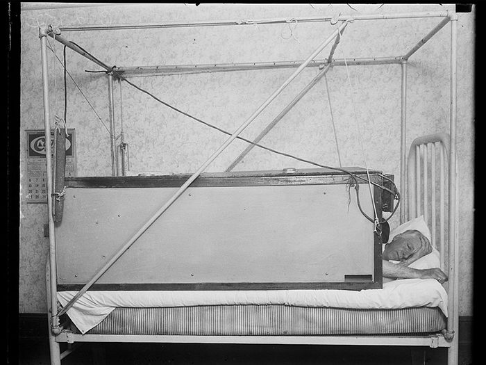Une photo historique d'un lit électrique «sans couverture».