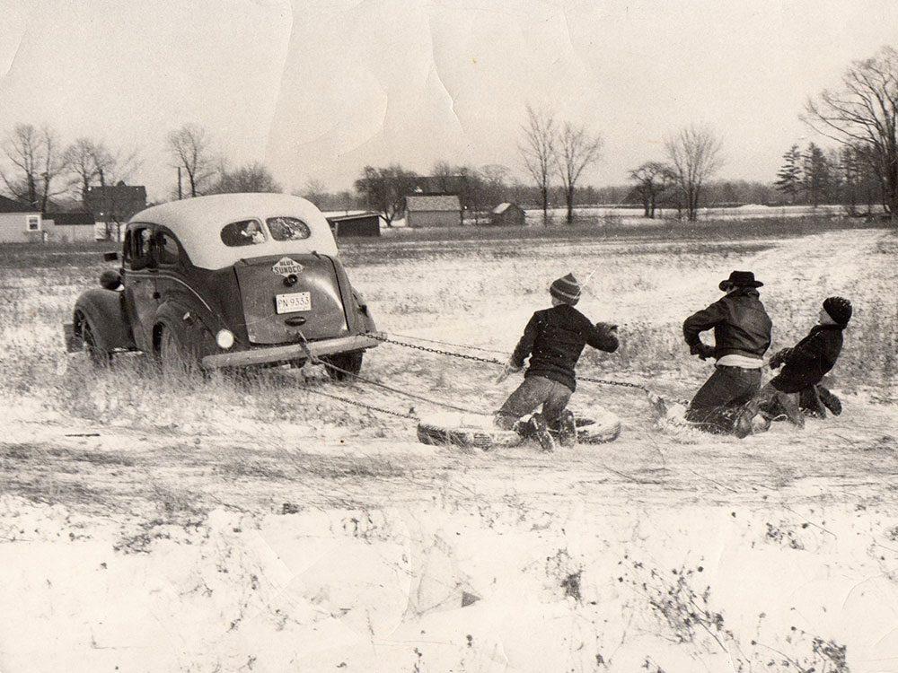 Une photo historique d'une partie de jeu en hiver.