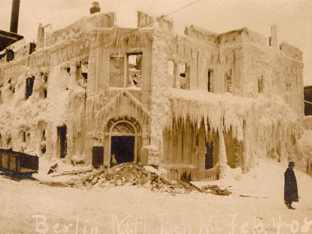 Une photo historique d'un bâtiment glacé de Berlin, au New Hampshire.