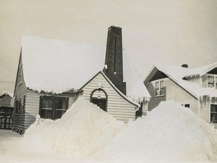 Une photo historique d'une amas de neige neige durant l'hiver 1939 dans le Michigan.