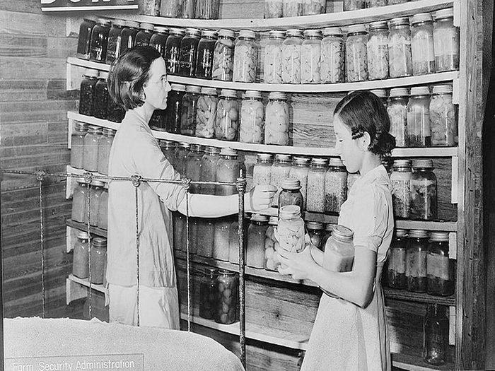 Une photo historique d'une étagère prête à s'effondrer à cause du poids des bocaux.