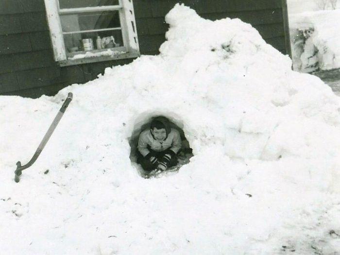 Une photo historique d'un tunnel de neige.
