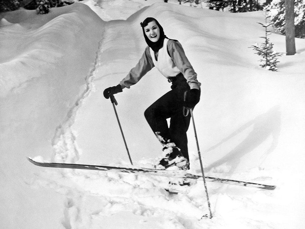 Une photo historique d'une séance de ski.