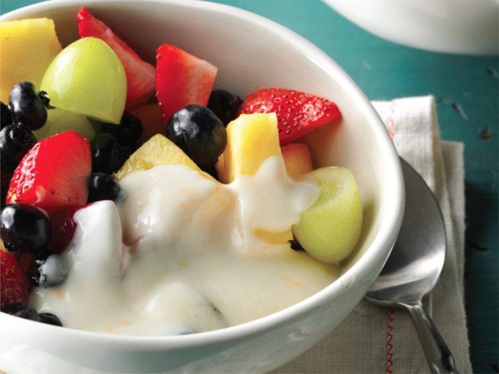 Recette pour le déjeuner: coupes de yogourt et de fruits.