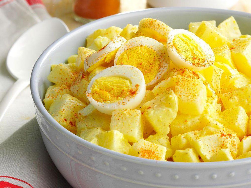 La salade de patates est l'une des recettes vintages à ne pas faire!
