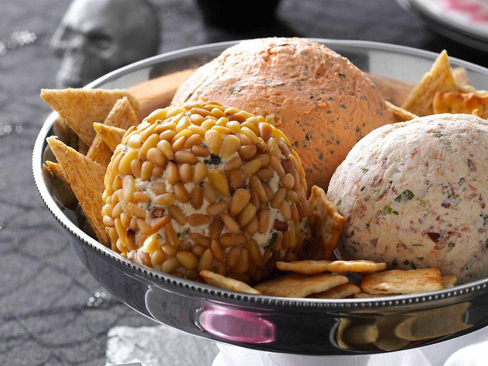 La recette de boules de fromage est l'une des recettes vintages à ne pas faire!