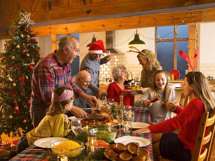 C'est beau de voir la famille réunie pour le repas de Noël.