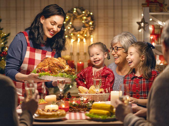 Évitez de parler du prix que vous a coûté le repas de Noël.