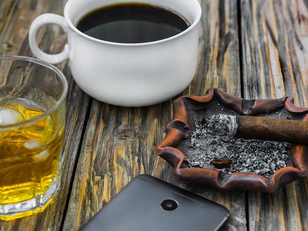 Évitez certaines boissons et le tabac pour limiter la sécheresse buccale.