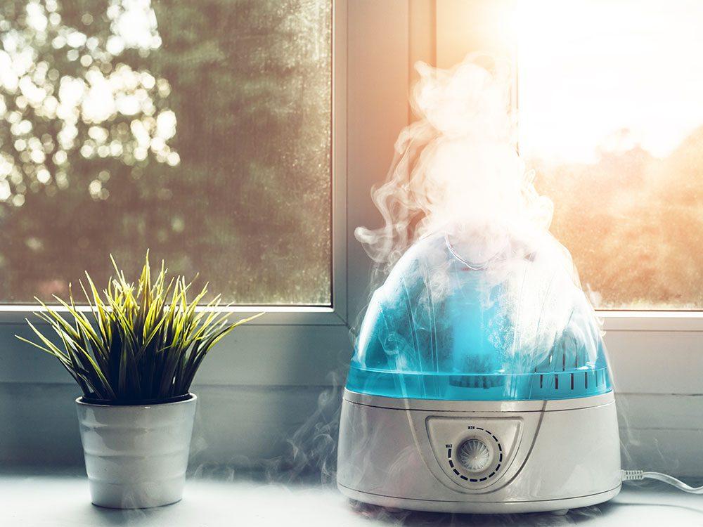 Humidifiez l'air de la maison pour éviter la sécheresse buccale.