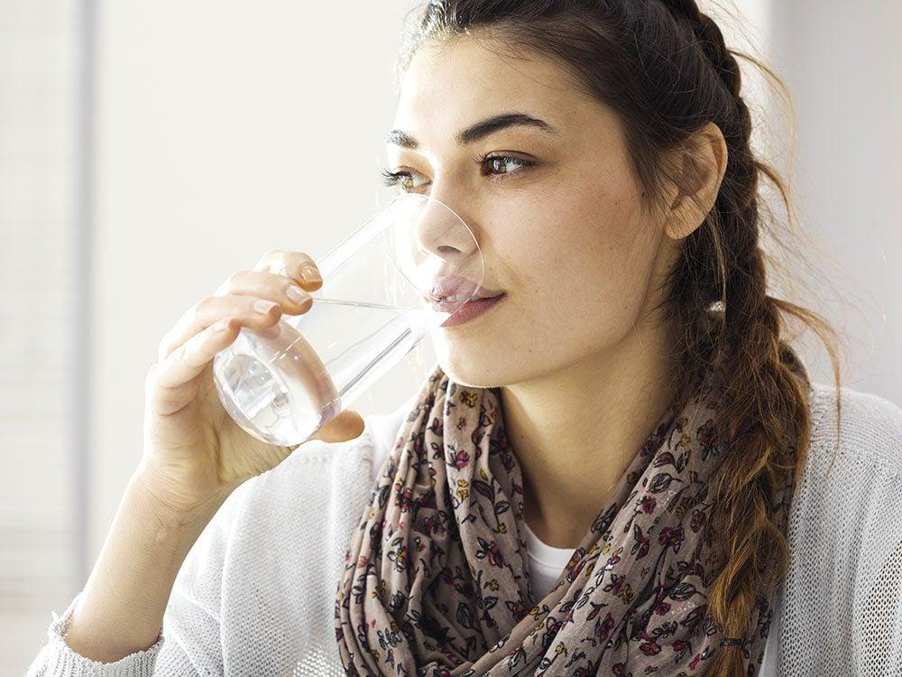 Mouillez-vous les lèvres pour éviter la sécheresse buccale.