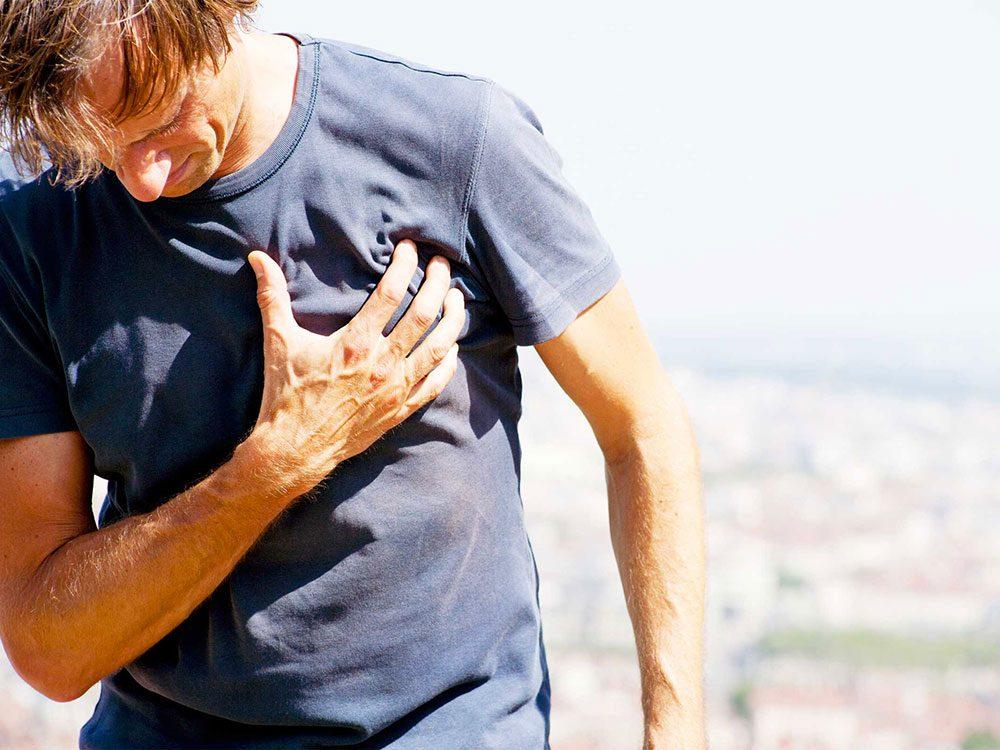 Symptôme du zona: douleur à la poitrine.