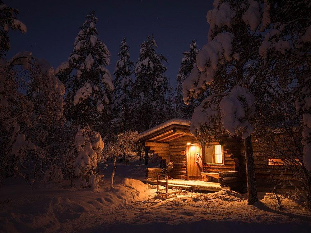 Après la tempête,Westcott a trouvé une hutte en rondins.