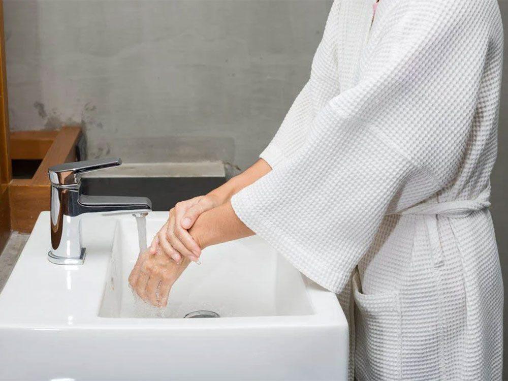 Vous vous lavez trop les mains et cela joue sur le vieillissement accéléré du corps en hiver.