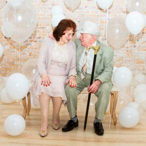Deux personnes âgées qui célèbre leur 100 ans.