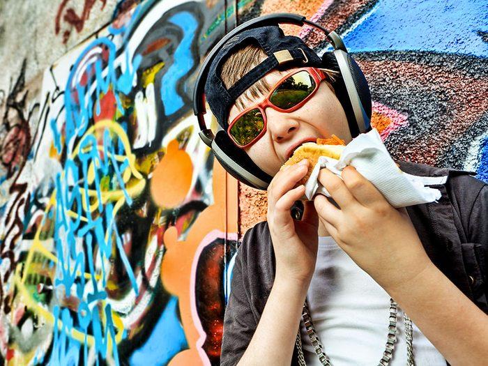 Les adolescents sont les plus grands consommateurs de malbouffe riche en calories.