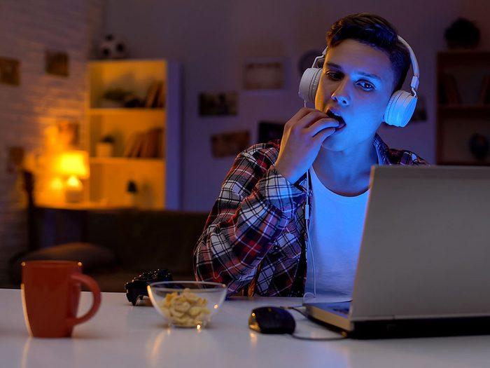 Les adolescents sont particulièrement attirés par les récompenses, comme des aliments sucrés et riches en calories, en d'autres termes, la malbouffe.