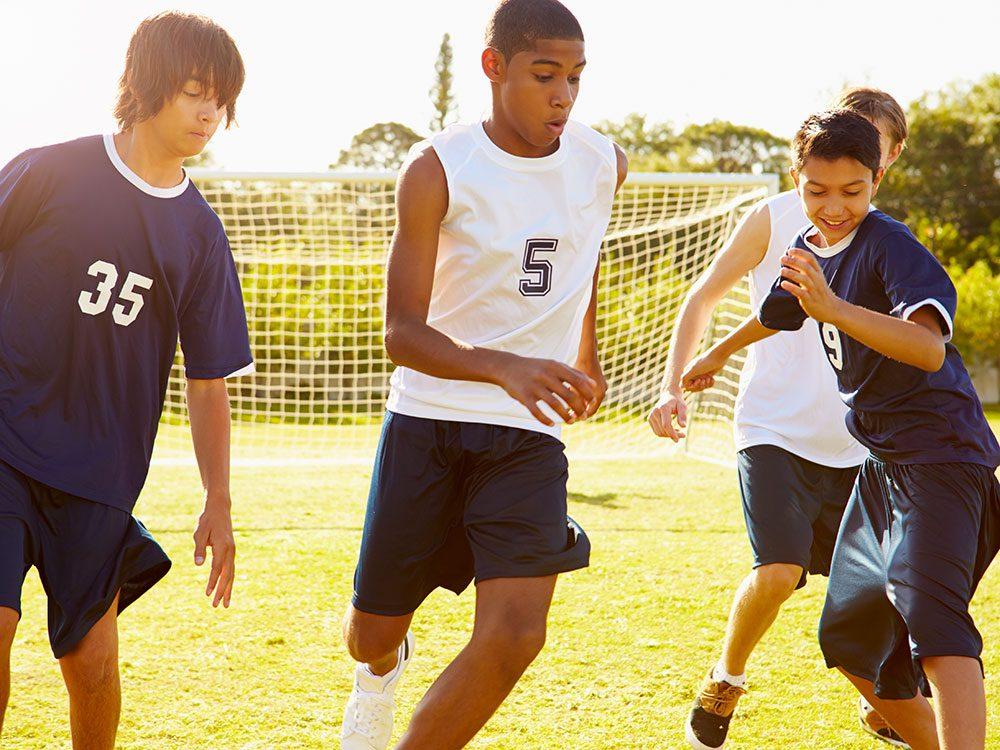 L'exercice physique augmente la plasticité du cerveau de l'adolescent et limiterait l'envie de malbouffe.