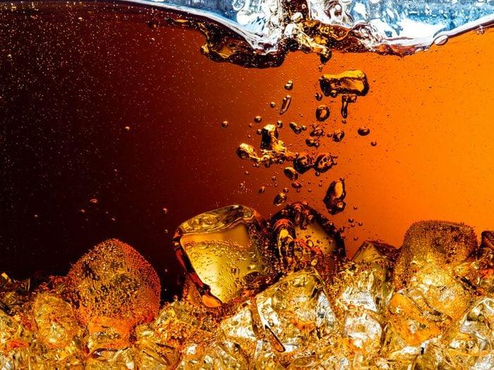 Le thé à la pêche en bouteille fait partie des aliments mauvais pour la santé.