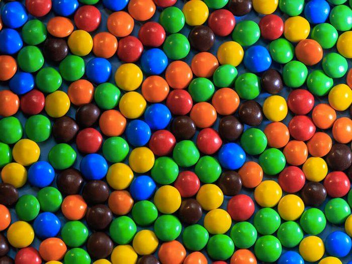 Les bonbons enrobés font partie des aliments mauvais pour la santé.