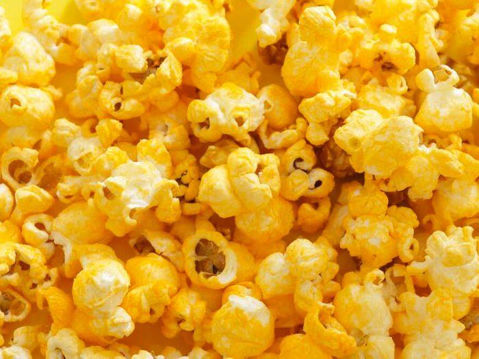 Le maïs éclaté au fromage fait t partie des aliments mauvais pour la santé.