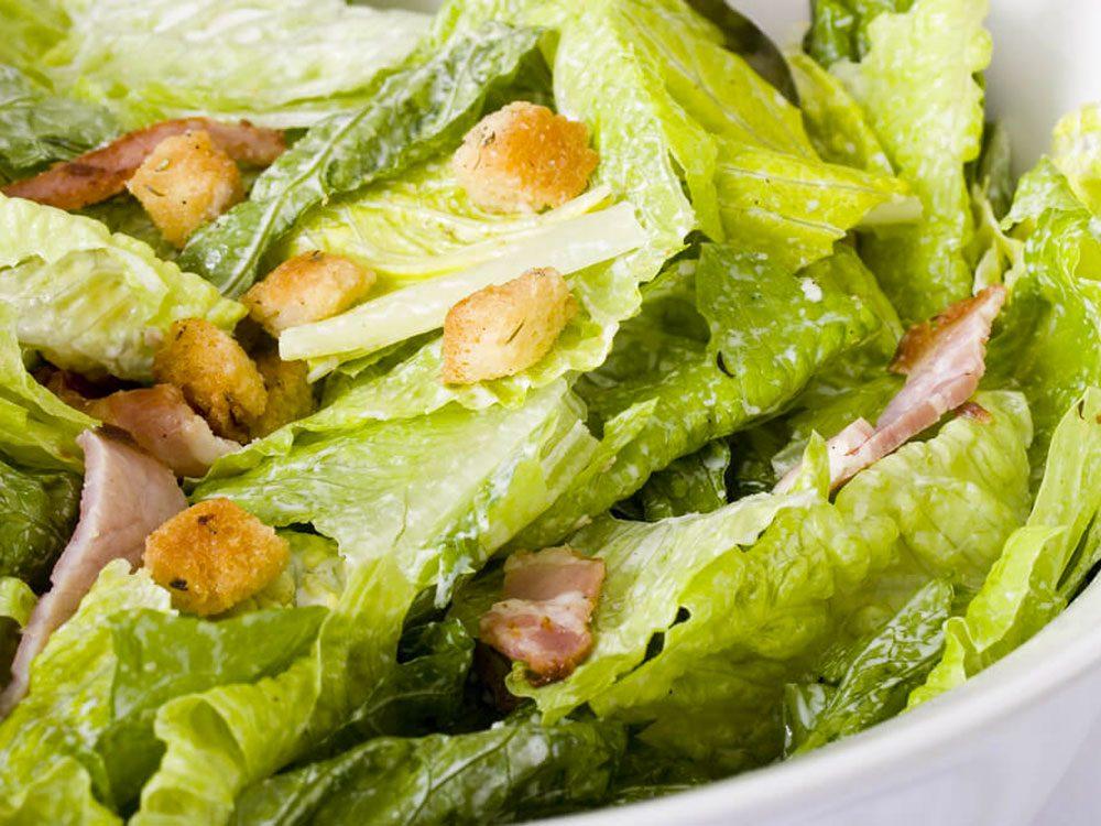 Le kit de salade César fait partie des aliments mauvais pour la santé.