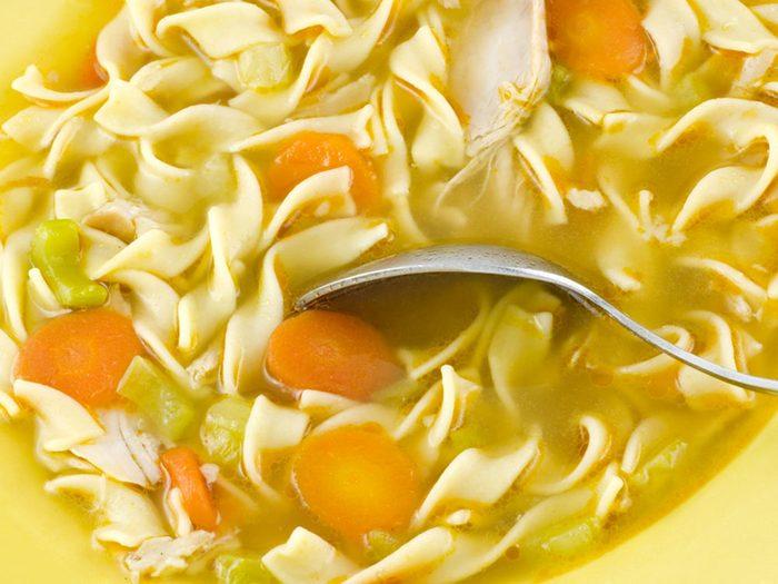 La soupe au poulet et nouilles en conserve fait partie des aliments mauvais pour la santé.
