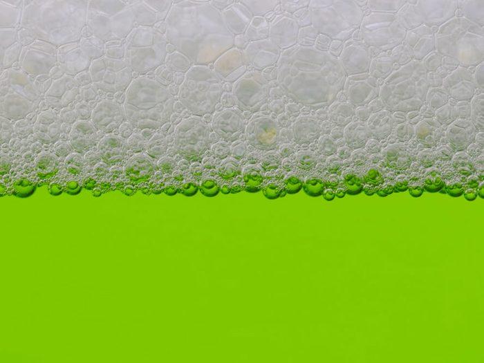 Le thé vert en bouteille fait partie des aliments mauvais pour la santé.