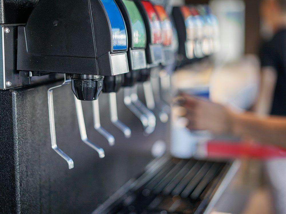 Boissons gazeuses: l'association dangereuse sodas-repas rapide.