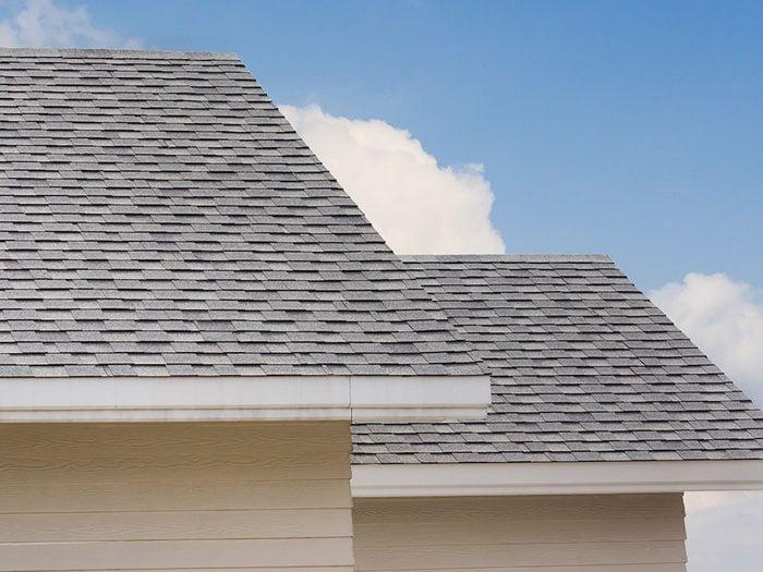 Bruits dans la maison: attention aux grattements sur le toit.