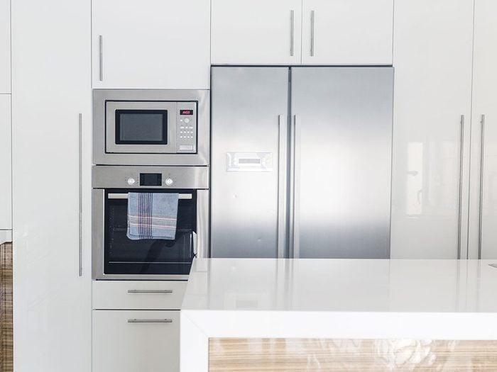 Bruits dans la maison: attention aux battements et cliquetis dans le réfrigérateur.
