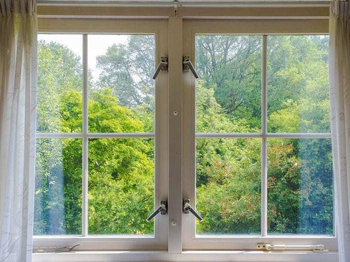 Bruits dans la maison: attention aux vibrations et sifflements venant des fenêtres.