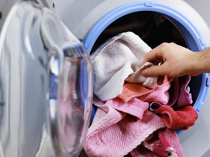 Bruits dans la maison: attention aux grincements dans la laveuse ou la sécheuse.