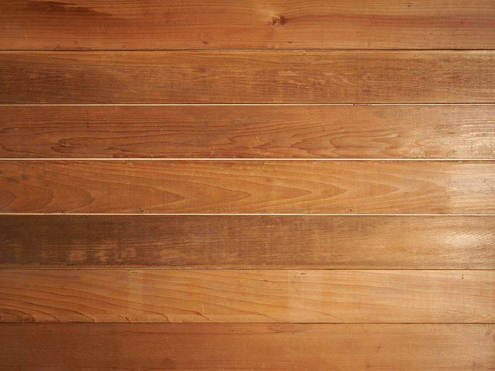 Bruits dans la maison: attention aux grincements dans les planchers.