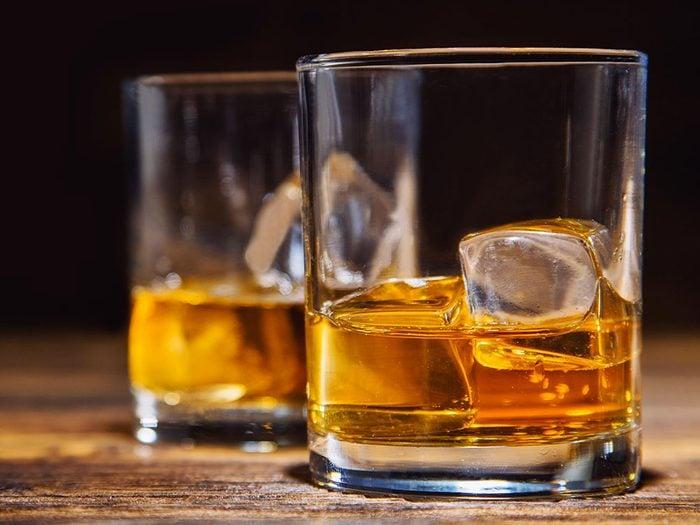 L'alcool fait partie des aliments qui peuvent aggraver la constipation.