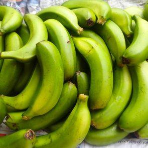 Les bananes vertes font partie des aliments qui peuvent aggraver la constipation.