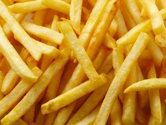 Les aliments frits et gras font partie des aliments qui peuvent aggraver la constipation.