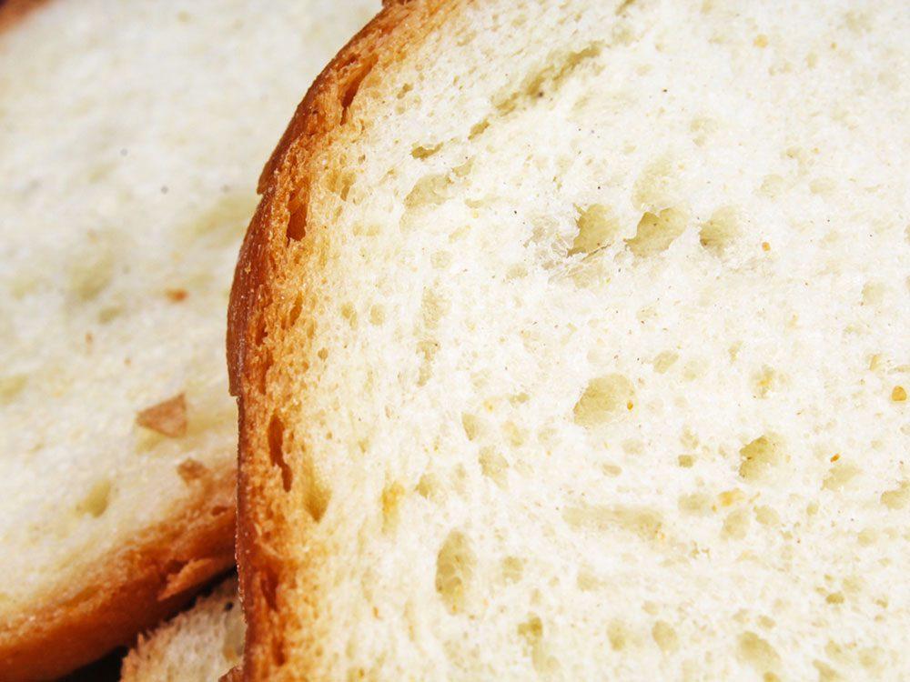 Le pain blanc fait partie des aliments qui peuvent aggraver la constipation.