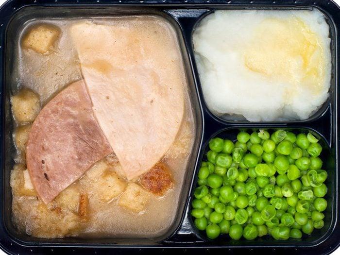 Les plats surgelés font partie des aliments qui peuvent aggraver la constipation.