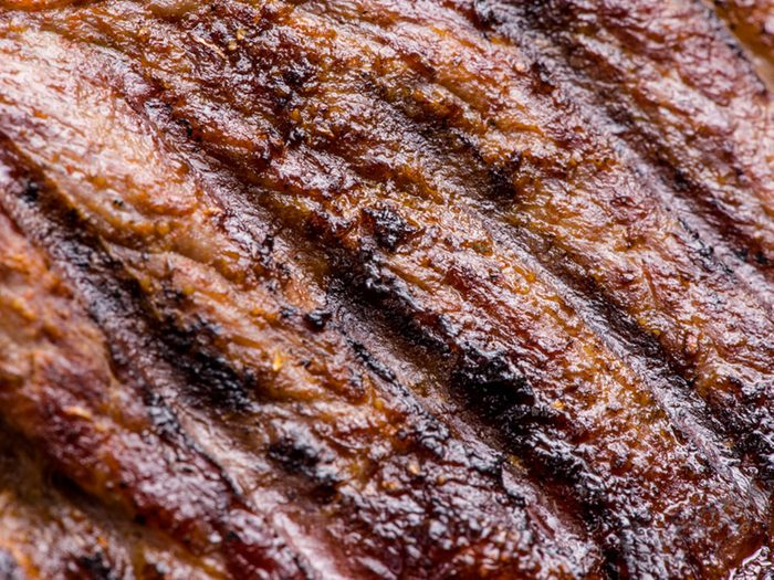 La viande rouge fait partie des aliments qui peuvent aggraver la constipation.