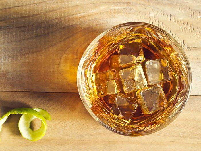 Boire de l'alcool avec modération réduit le risque de crises cardiaques.