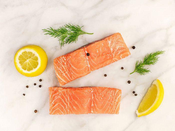 Manger beaucoup de poisson réduit le risque de crises cardiaques.