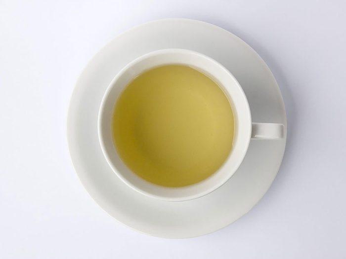 Boire du thé vert à la place du café réduit le risque de crises cardiaques.