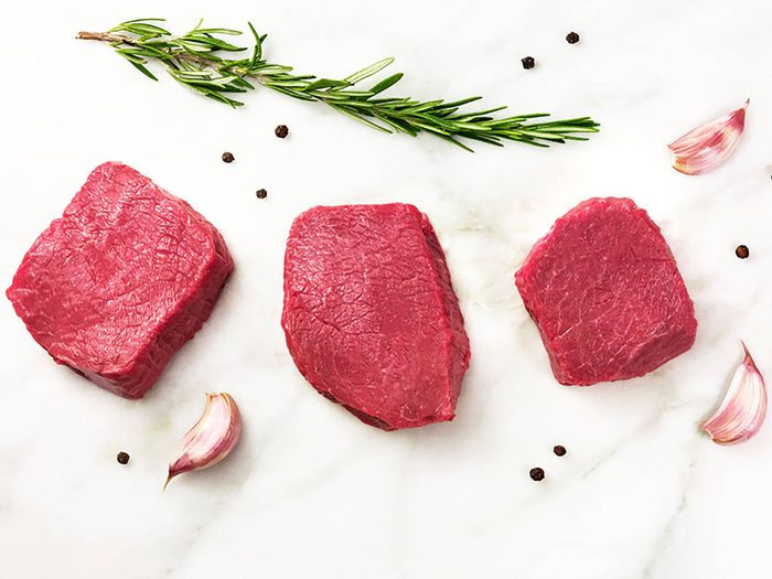 Manger moins de viande rouge réduit le risque de crises cardiaques.