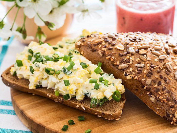 Faites-vous un sandwich aux oeufs pour votre déjeuner.