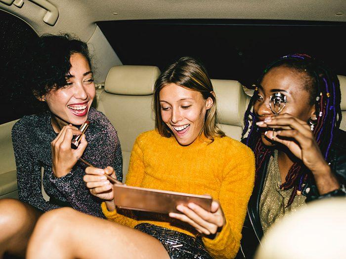 Tenez-vous occupé en compagnie de vos amis et en vous amusant pour éviter la déprime.